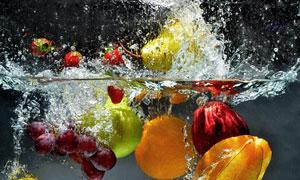 掉进水里的葡萄苹果等水果高清图片