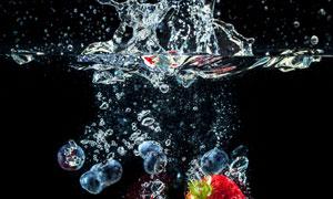 落入水中的蓝莓与草莓摄影高清图片
