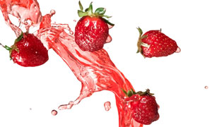 抛到半空中的草莓特写摄影高清图片
