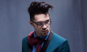 戴眼鏡的西裝男人寫真攝影高清圖片