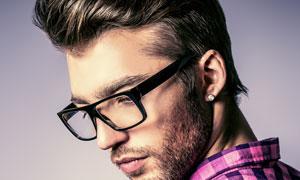格子衫打扮的眼鏡男子攝影高清圖片