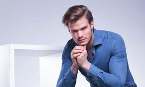 穿深藍襯衫的帥哥人物攝影高清圖片