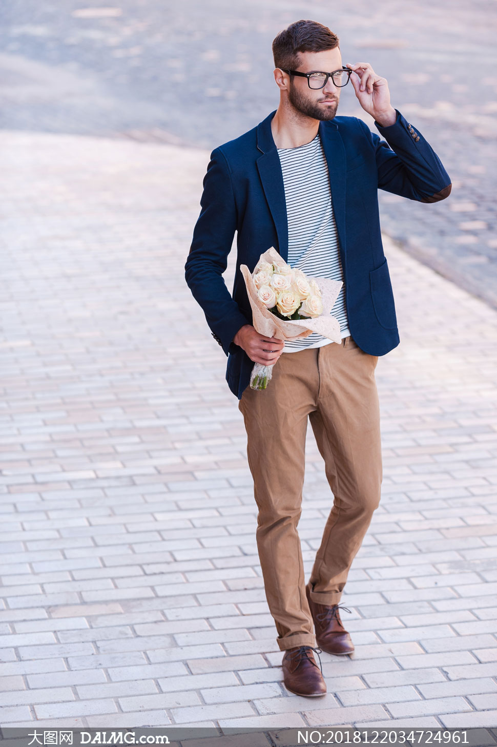 手拿鲜花的休闲装男人摄影高清图片