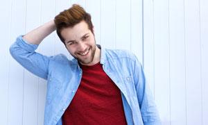 穿藍色襯衫的開心男人攝影高清圖片