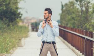戴耳機的休閑裝扮男士攝影高清圖片