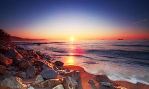 照射到大海之上的夕阳摄影高清图片