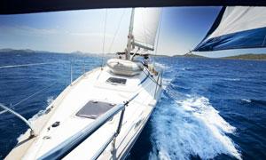大海上乘风破浪的游艇摄影高清图片