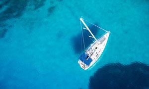 水面上的船只鸟瞰视角摄影高清图片