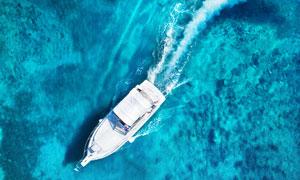 飞驰在海上的游艇鸟瞰摄影高清图片