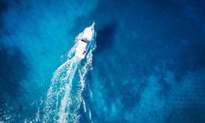 蓝色大海上的一艘小艇摄影高清图片