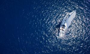 泛着波光海面上的帆船摄影高清图片