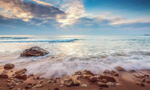 天空云彩与海边的乱石风光高清图片