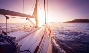 帆船上看到的山峰海景逆光高清图片