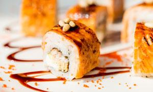 盘子里的美味寿司特写摄影高清图片