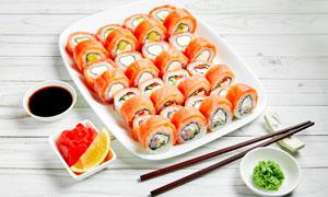 配备了蘸料的日料寿司摄影高清图片