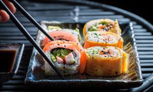 被筷子夹着的寿司特写摄影高清图片