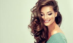 脸上带着笑的卷发美女摄影高清图片