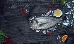 桌上的红辣椒与鲜鱼等样机元素素材