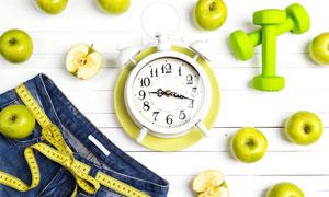 苹果哑铃与盘里的闹钟创意高清图片