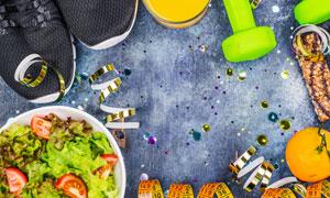 运动鞋哑铃与蔬菜沙拉摄影高清图片