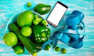 膳食营养与瘦身用的哑铃等高清图片