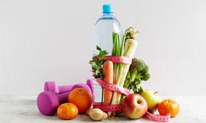 哑铃纯净水与蔬菜水果摄影高清图片