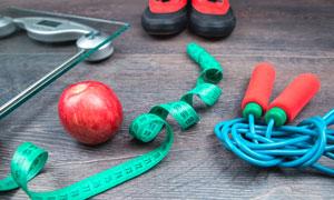 体重秤与软尺苹果特写摄影高清图片