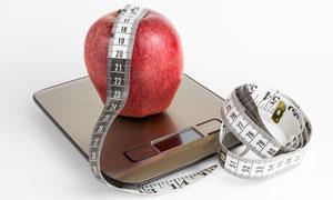 在体重秤上的苹果特写摄影高清图片