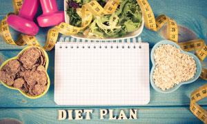 桌上的计划表与营养膳食等高清图片