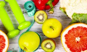 哑铃软尺与蔬菜水果等摄影高清图片