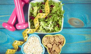 蔬菜沙拉与粉红哑铃等摄影高清图片