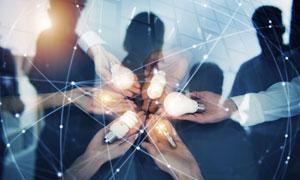 手里拿灯泡的团队人物创意高清图片