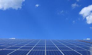 蓝天白云与太阳能设备摄影高清图片