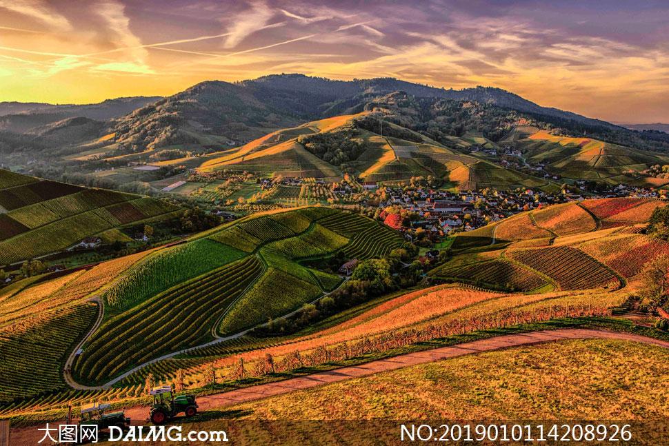 坐落在山脚之下的城镇摄影高清图片