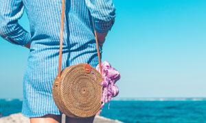 走在大海边的美女人物摄影高清图片