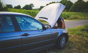 停在公路邊檢修的轎車攝影高清圖片
