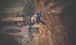 在向上攀岩的运动人物摄影高清图片