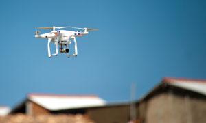 低空飞行的无人机特写摄影高清图片