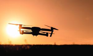 在夕阳下的无人机特写摄影高清图片