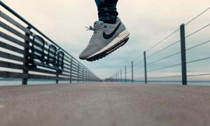 桥面上跃起的人物鞋子特写高清图片