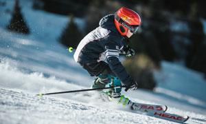戴红色头盔的滑雪人物摄影高清图片