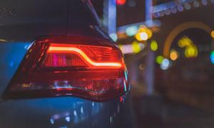 夜晚剎車燈亮起的汽車攝影高清圖片