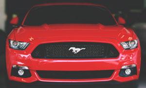 一輛紅色福特野馬跑車攝影高清圖片