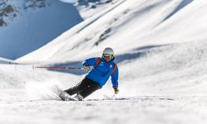 寒冷雪地上滑雪的人物摄影高清图片