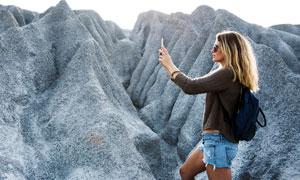在山间拍摄景观的美女摄影高清图片