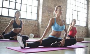 正在上瑜伽课的美女们摄影高清图片