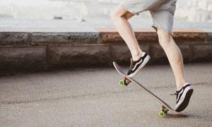 玩滑板的短裤人物特写摄影高清图片