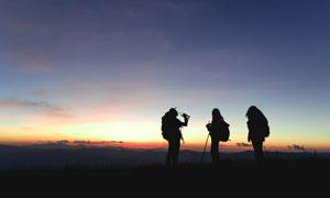 黄昏时分旅行人物剪影摄影高清图片
