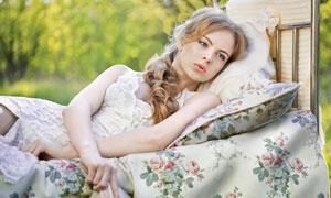 躺床上的蓝眼美女人物摄影高清图片