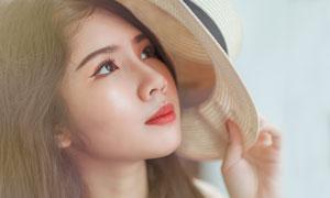 拿帽子遮阳的美女写真摄影高清图片